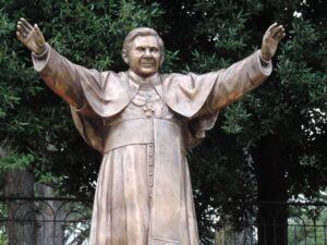 la statua di Papa Ratzinger a Sulmona